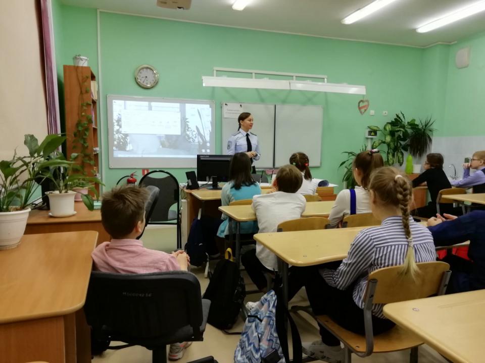 Сотрудник группы противодействия экстремизму УМВД России по НАО Юлия Задорина рассказывает учащимся о видах преступлений террористической и экстремистской направленности