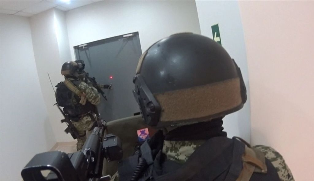 Скрытное проникновение сводного оперативно-боевого подразделения перед выполнением штурма
