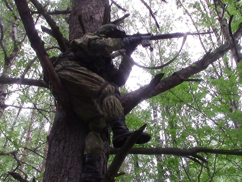 Военнослужащий-снайпер ведёт наблюдение за «террористами» в захваченном ими домовладении