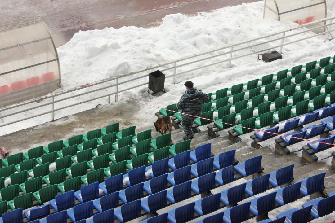 Обследование объекта сотрудником центра кинологической службы МВД по РК