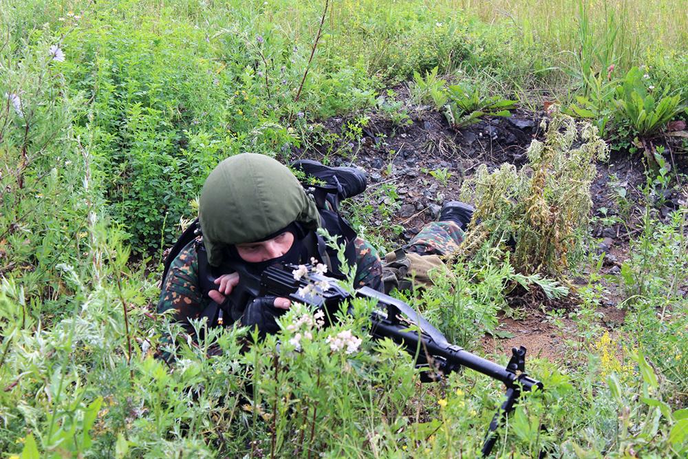 Тактико-специальное антитеррористическое учение в Республике Мордовия: сотрудник спецподразделения на рубеже