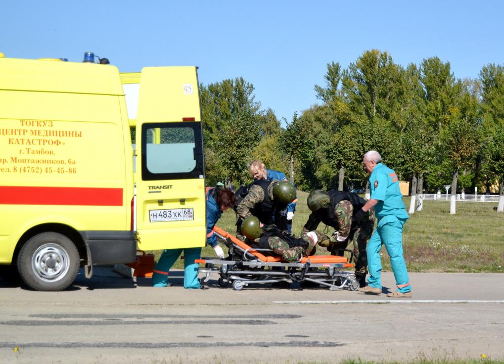Оказание первой медицинской помощи «раненному» сотруднику оперативно-боевого подразделения