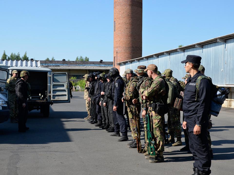 Доведение боевого приказа до сотрудников спецподразделений в ходе антитеррористического тактико-специального учения «Метель – Набат 2018»