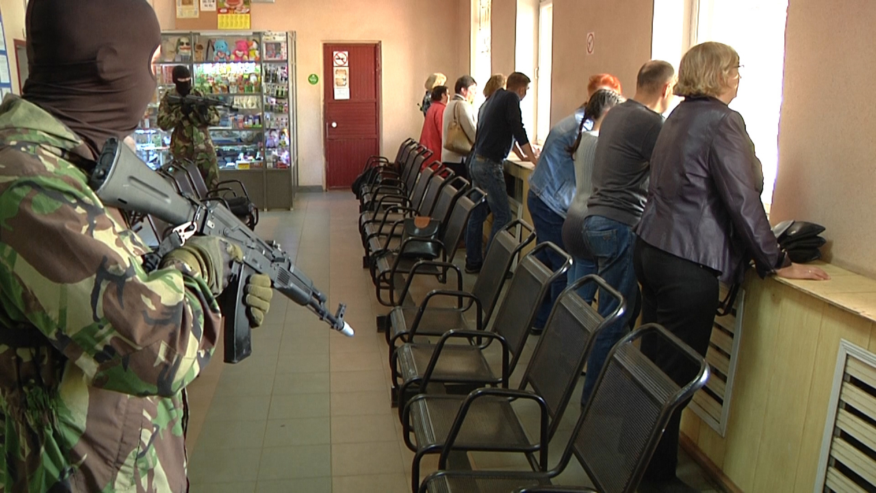 Захват условными террористами Боровичской автостанции