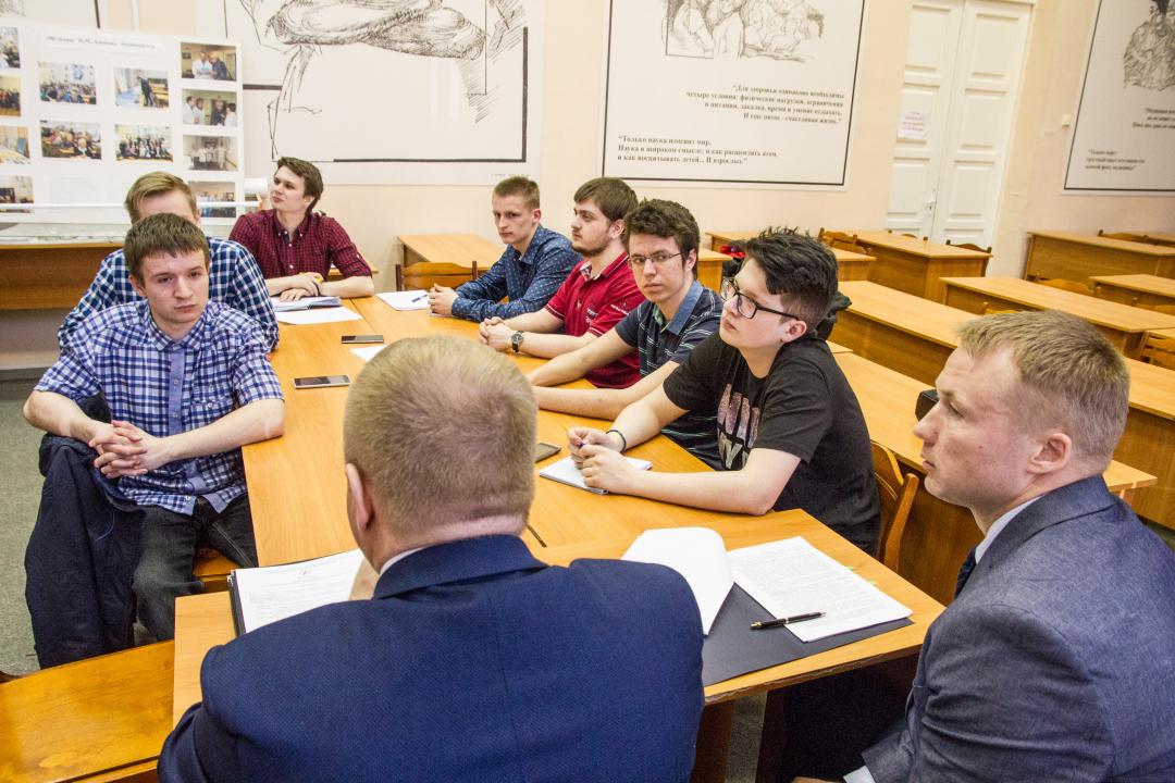 Пояснения студентам дает помощник ректора СГМУ Александр Чумаков