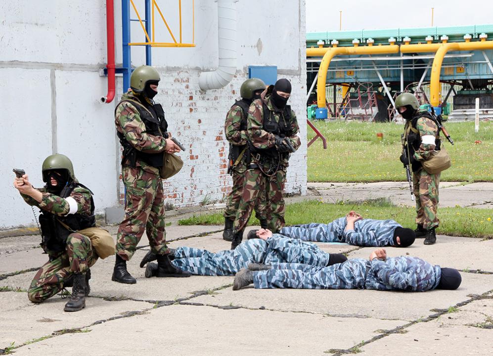 Досмотр «террористов» и «заложников»