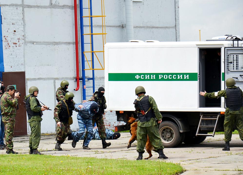 Передача задержанных лиц группе конвоирования