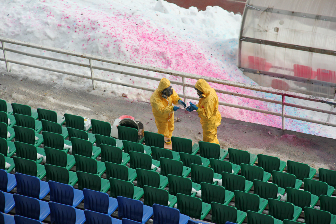 Сотрудники ФБУЗ «Центр гигиены и эпидемиологии в Республике Карелия» берут пробы вещества, возможно содержащего патогенно-биологические агенты