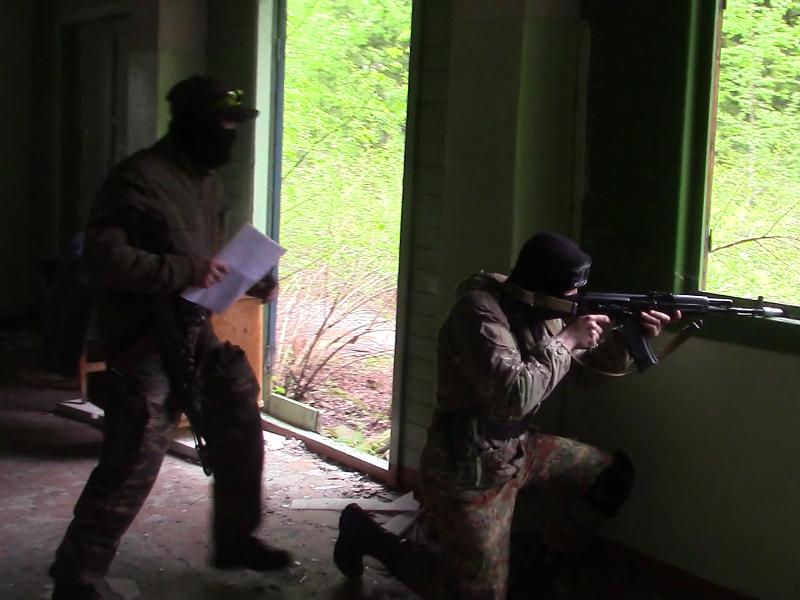 «Террористы» ведут наблюдение за прилегающей к захваченному зданию территорией