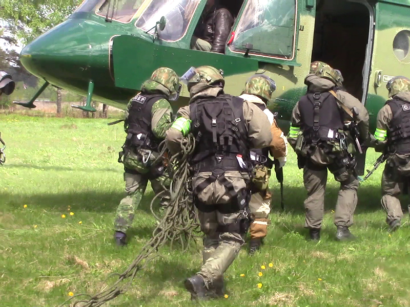 Выдвижение бойцов ОБП в вертолет ОАО СН ФСБ России для проведения БМ