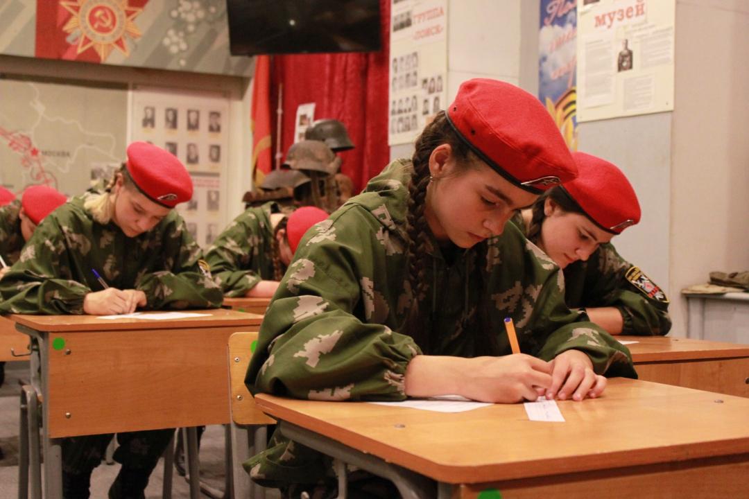 Девушки сдают экзамен по Уставам