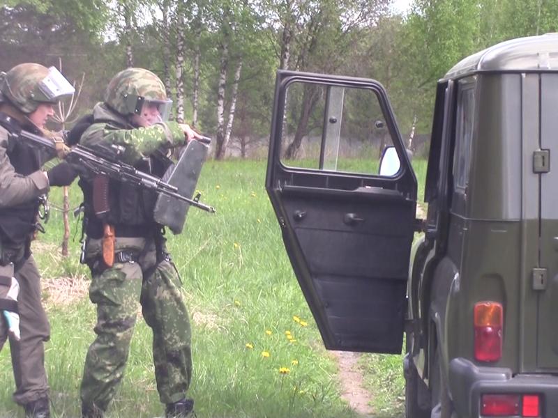 Бойцы ОБП выдвигаются для досмотра автомашины «терорристов»