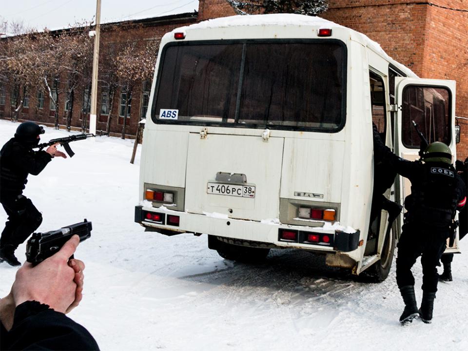 Момент учебного штурма группы условных террористов при переходе в автобус