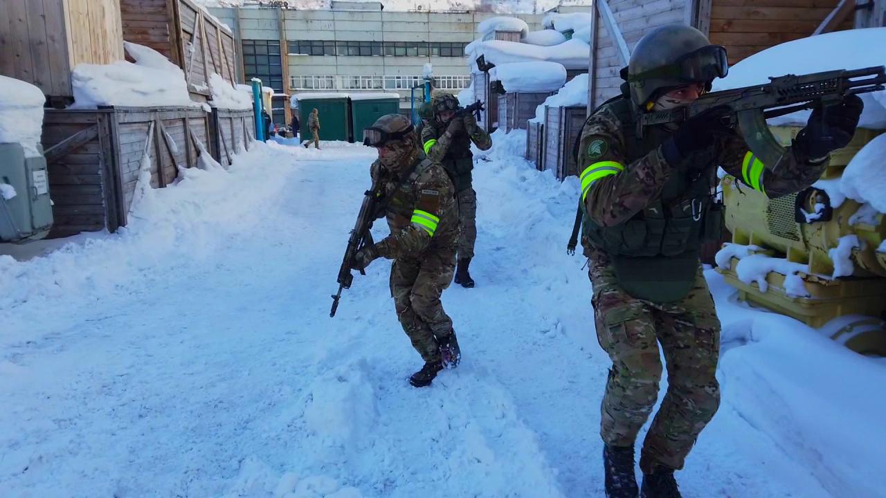 Сотрудники подразделения специального назначения приступают к проведению оперативно-боевого мероприятия