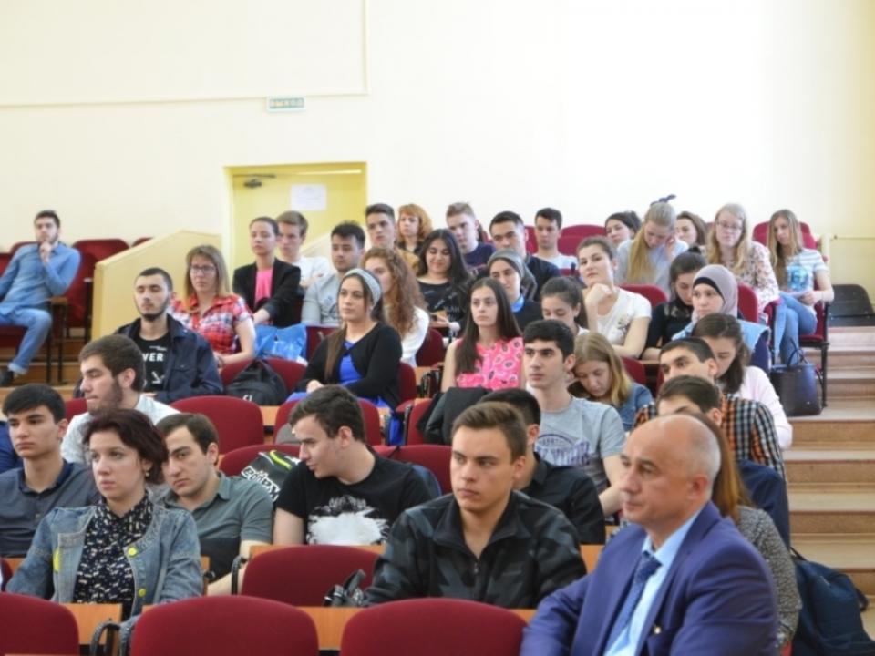 Зрительный зал со студенческой аудиторией