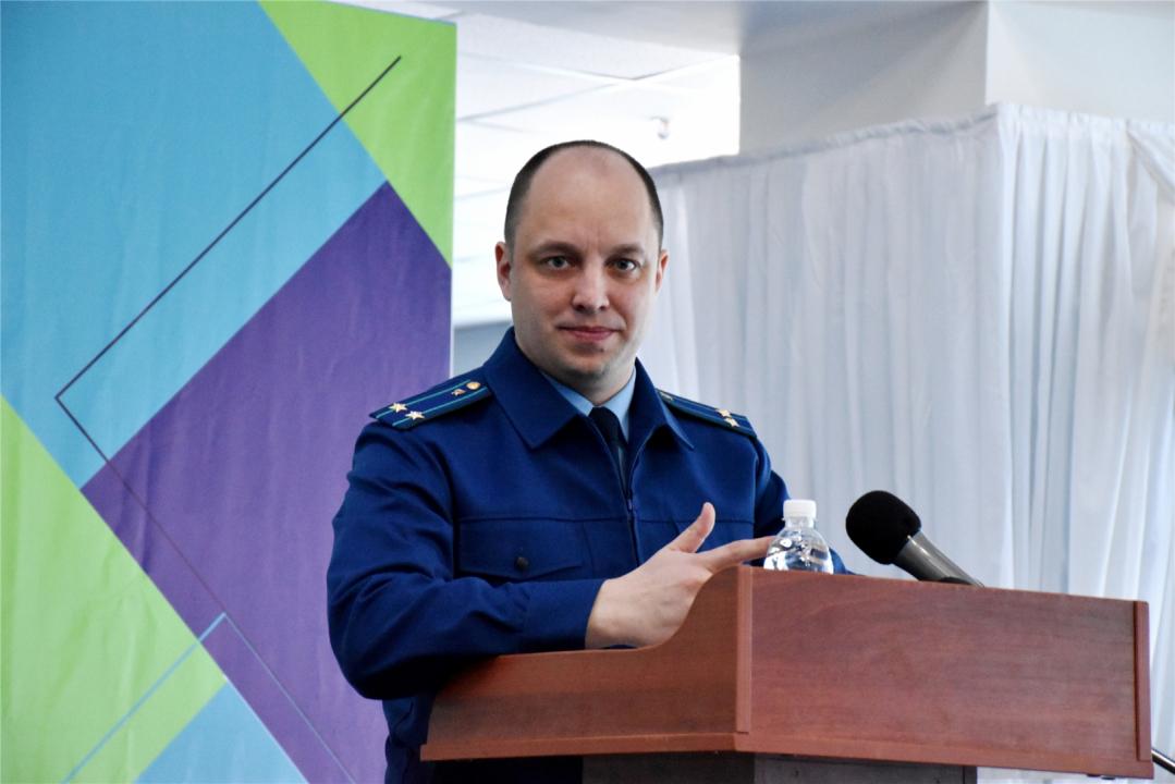 На трибуне старший помощник прокурора Чувашской Республики Кабуркин Сергей Александрович
