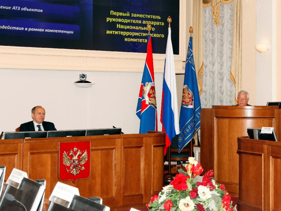 С докладом выступает первый заместитель руководителя аппарата НАК Е.П. Ильин