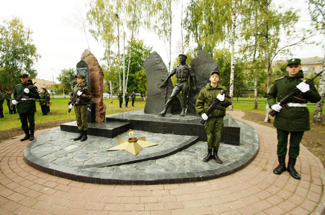 Возложение венков памятнику павшим в Подольске.