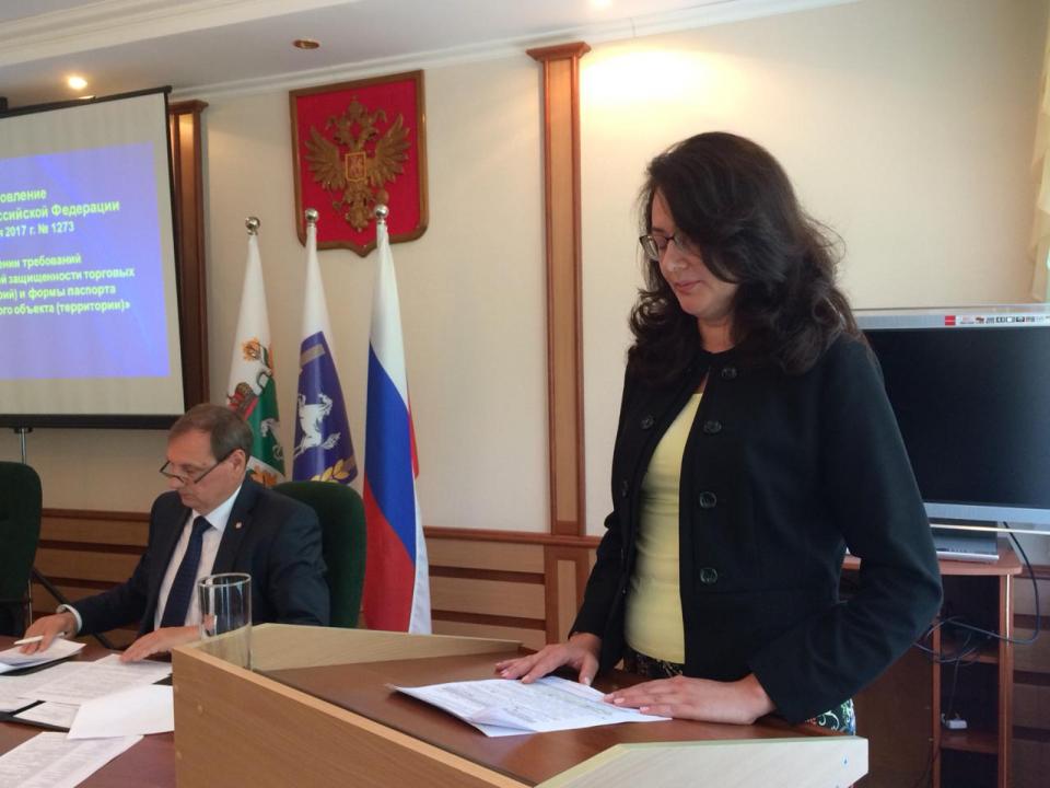 С докладом выступает начальник Департамента потребительского рынка Администрации Томской области Елена Николаевна Чирко