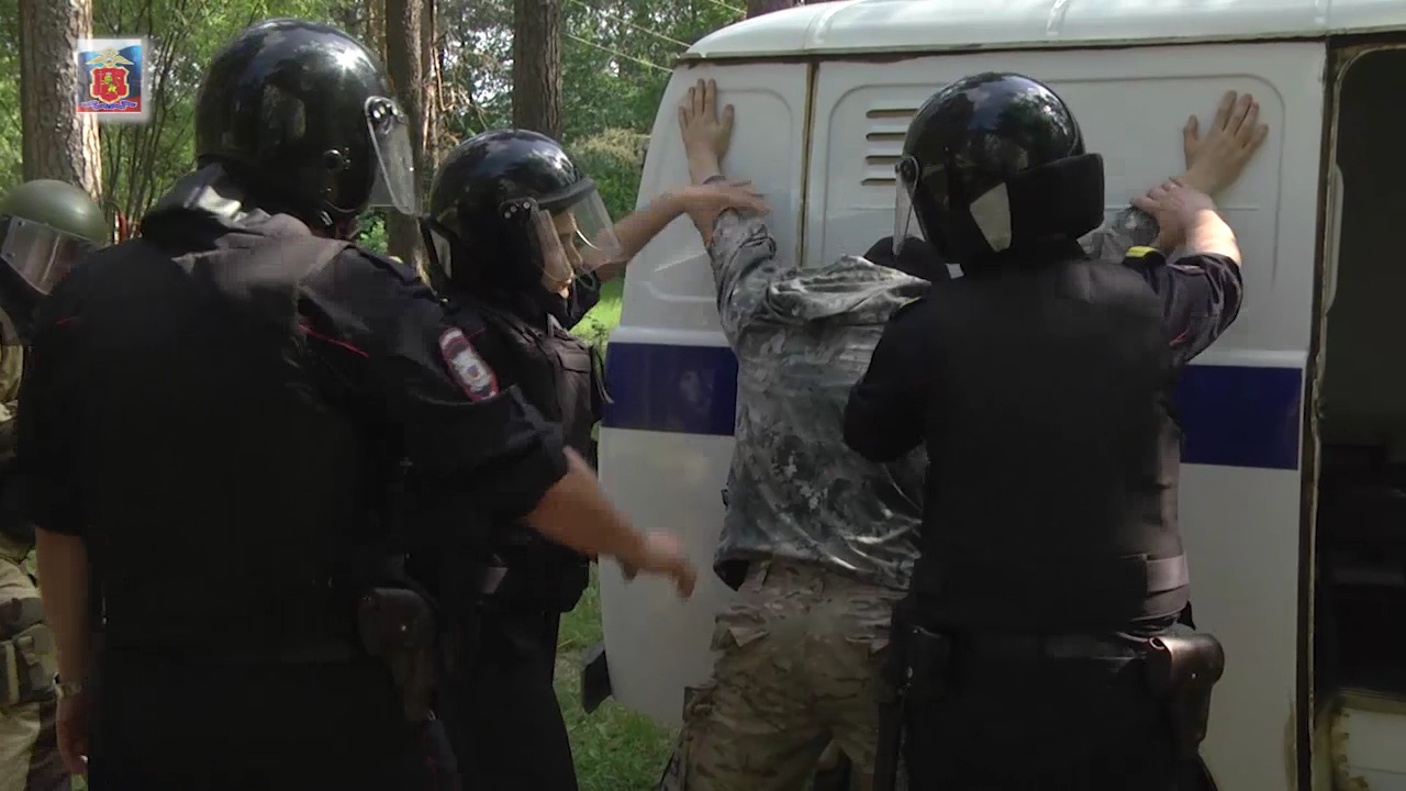 Досмотр задержанного «условного террориста» группой конвоирования