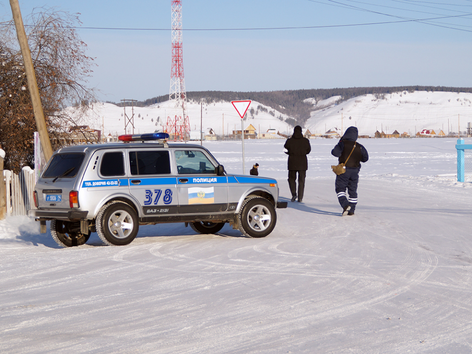 Сотрудник группы посредников оценивает действия личного состава по оцеплению территории, в пределах которой проводится КТО.