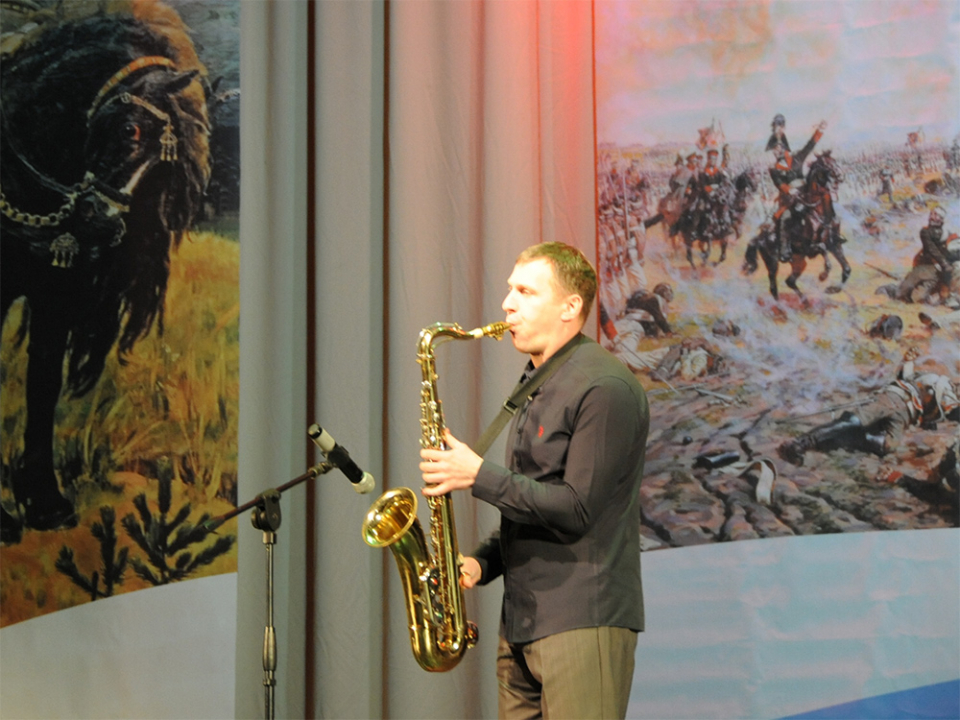 Выступление участника концерта в честь Дня героев отечества