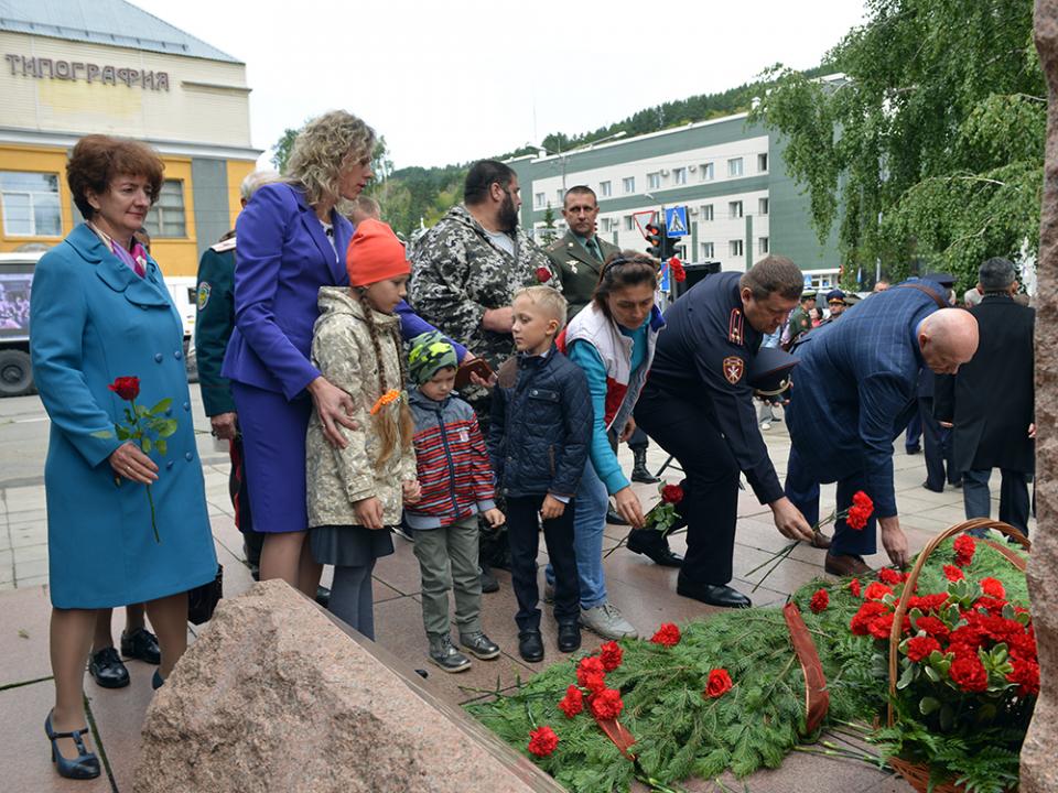 Возложение цветов к Мемориалу сотрудникам органов внутренних дел, погибшим при исполнении служебного долга.