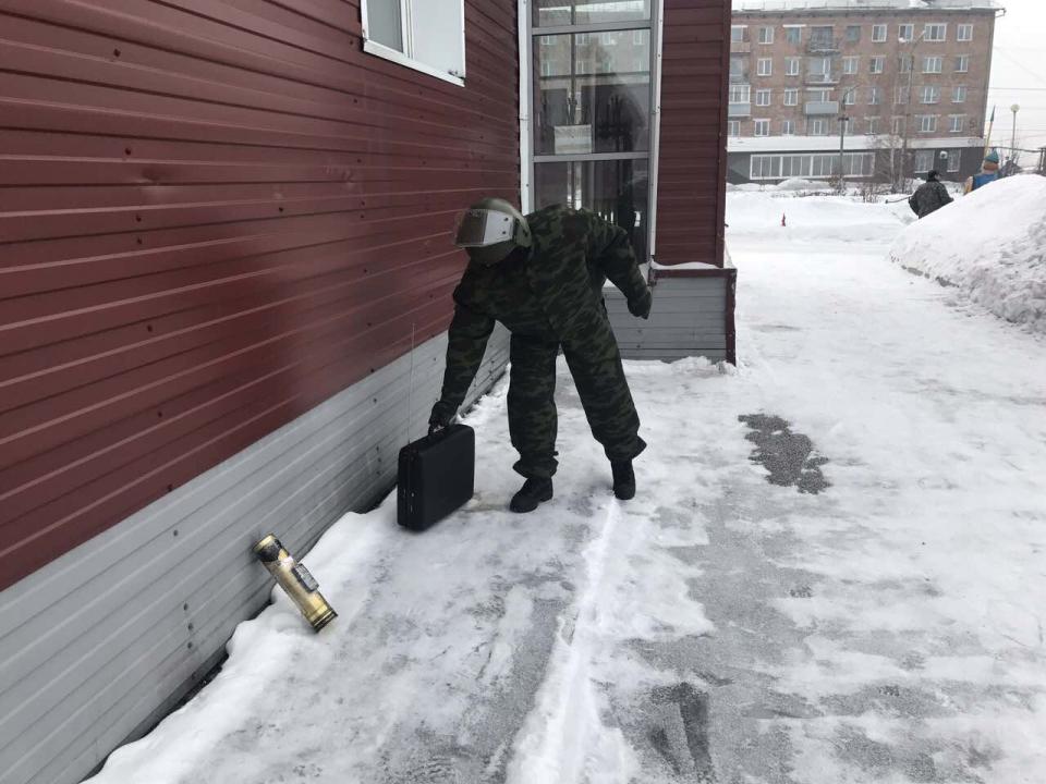 Военнослужащие Росгвардии (группы ликвидации угрозы взрывов) обезвреживают обнаруженное СВУ