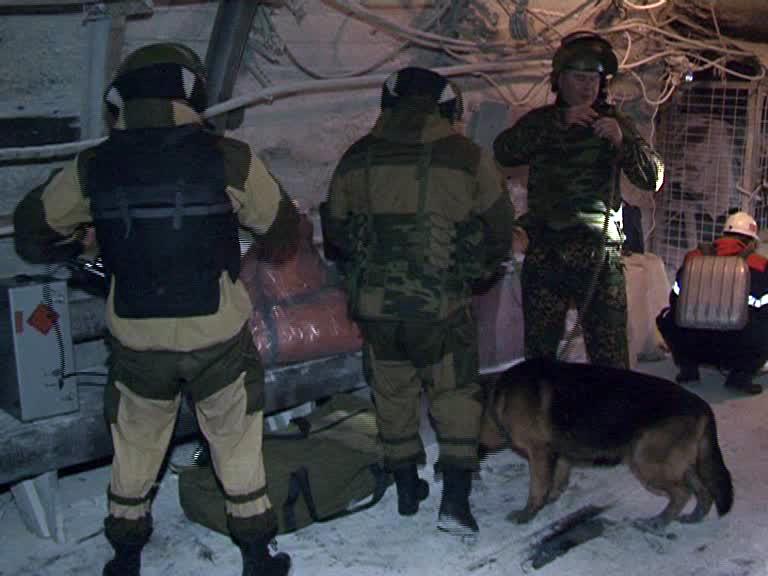 Сотрудники группы ликвидации угрозы взрыва (ОМОН)