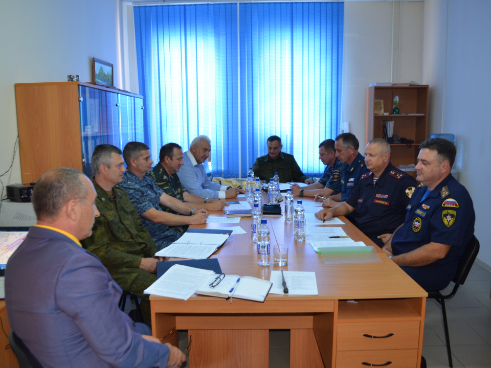 Члены оперативного штаба обсуждают сложившуюся оперативную обстановку