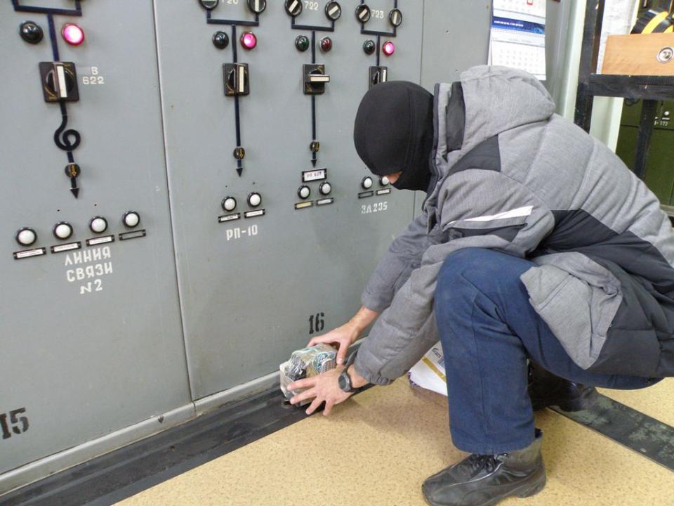 Преступники минируют захваченное здание