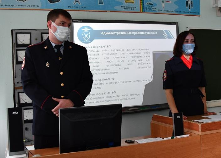 Сотрудники ГУ МВД России по Кемеровской области провели для подростков тематический классный час