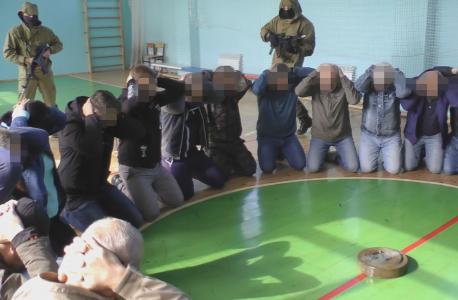 Захваченные заложники удерживаемые «условными террористами» и заложенное взрывное устройство в спортзале здания Красногорбатской СОШ