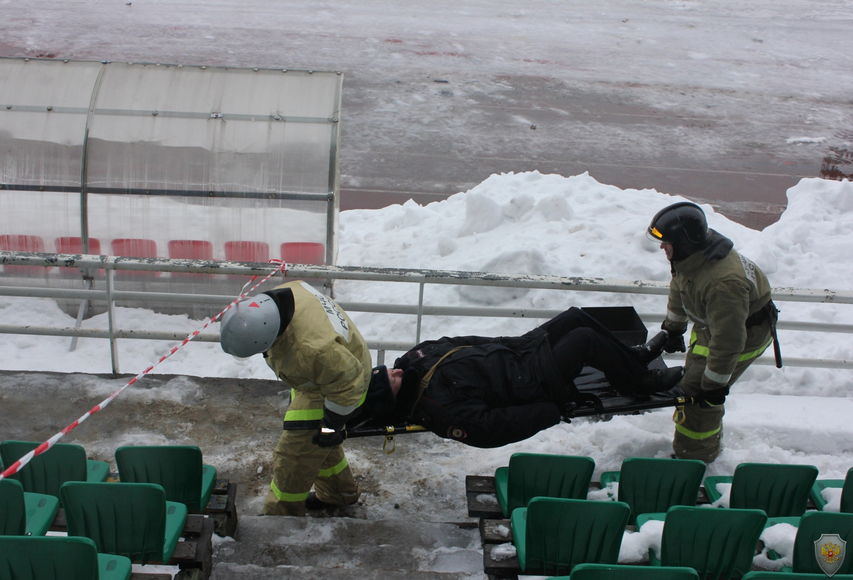 Группа ликвидации последствий террористического акта совместно с группой медицинского обеспечения эвакуирует «пострадавших»