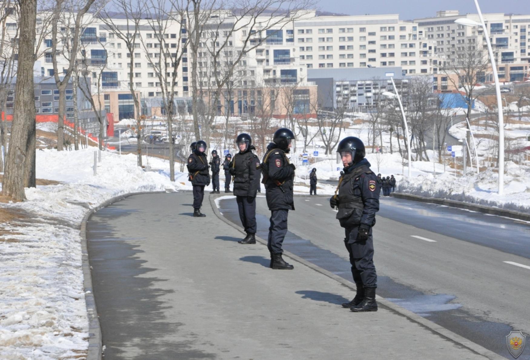 Группа оцепления в районе кампуса ДВФУ
