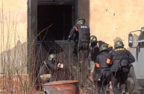 Штурм здания с находящимися внутри сообщниками преступников