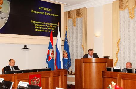 Выступает полномочный представитель Президента Российской Федерации в Южном федеральном округе В.В. Устинов