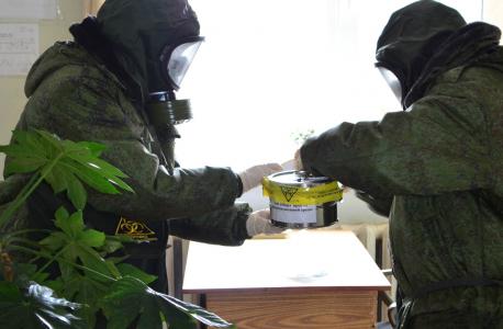 Замер радиационного фона, забор проб воздуха и неизвестного порошкообразного вещества