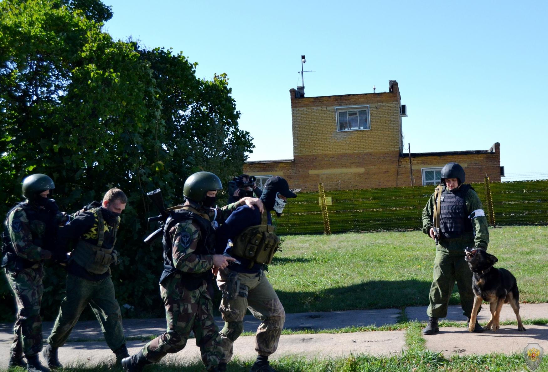 Передача «задержанных лиц» группе конвоирования.