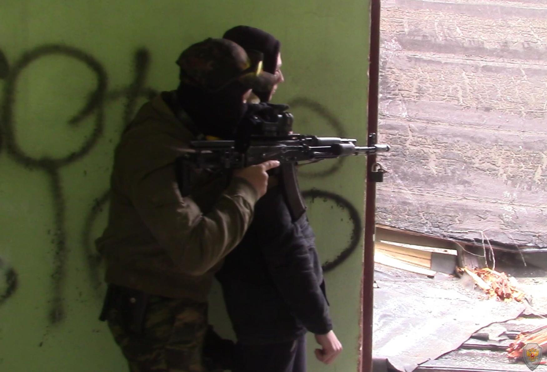 «Террорист», прикрываясь «заложником», вступает в контакт с группой ведения переговоров