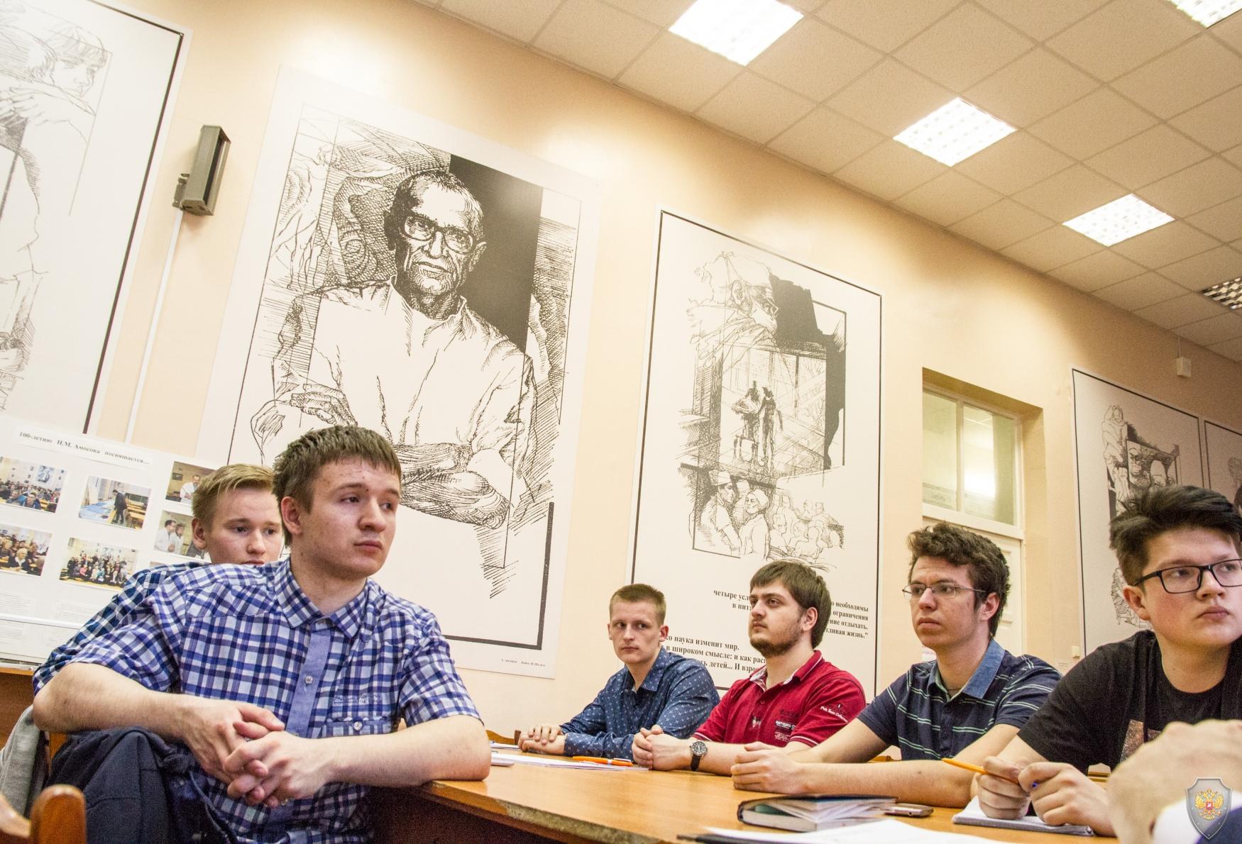 Студенты СГМУ заслушивают сообщение руководителя аппарата антитеррористической комиссии в Архангельской области Алексея Булатова