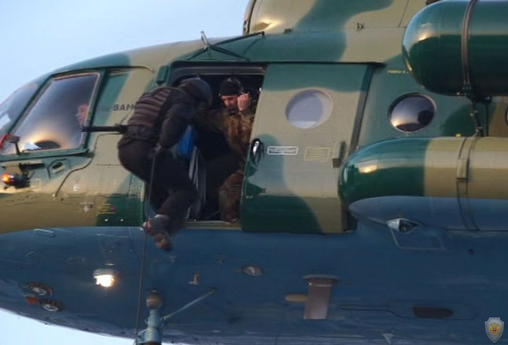 Десантирование сотрудников оперативно-боевого подразделения на крышу здания   ДВФУ