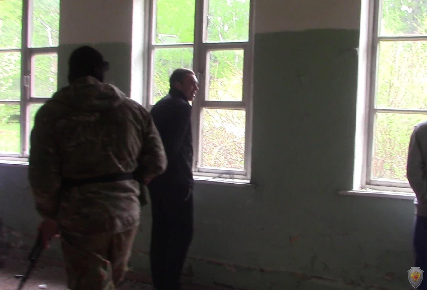 «Террорист» расставляет «заложников» у простреливаемых окон здания