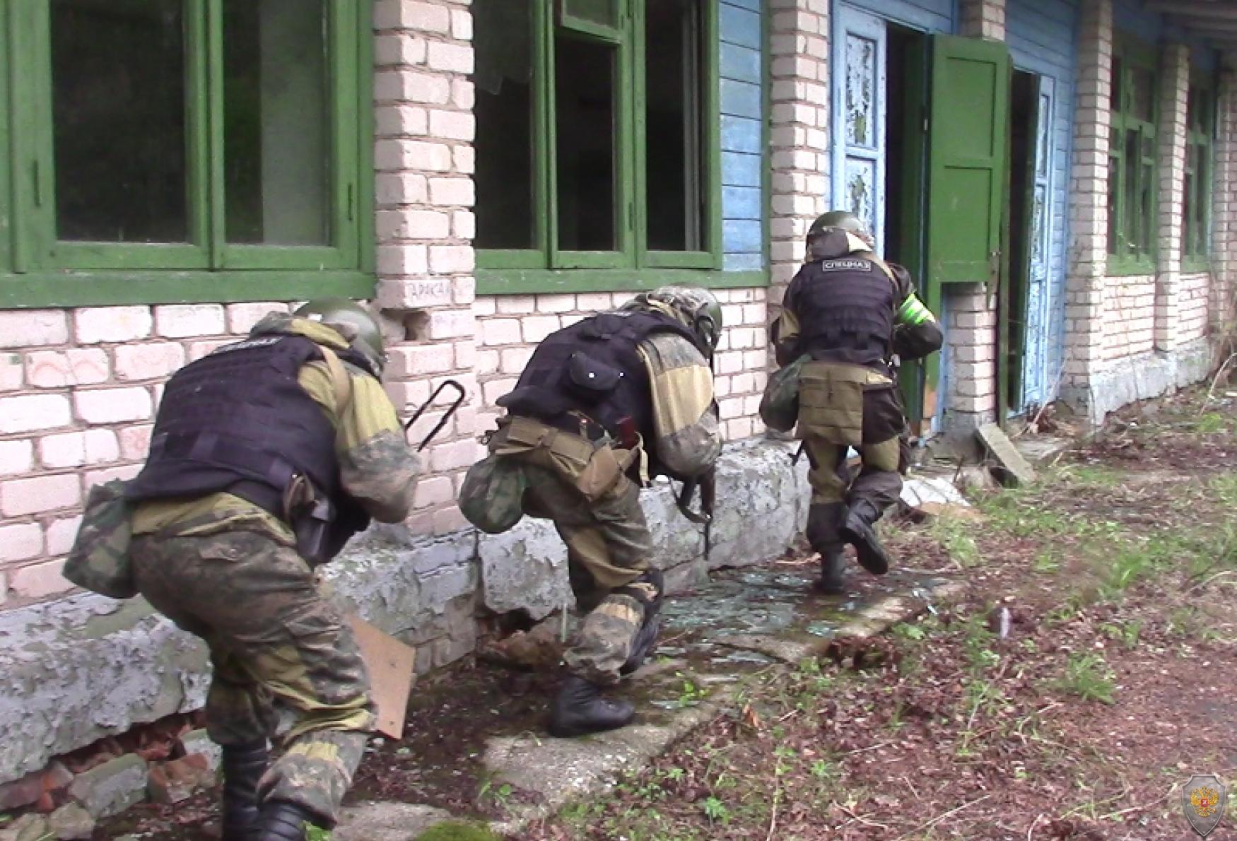 Бойцы ОБП обследуют домовладение