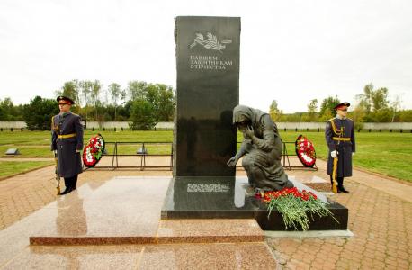 Почетный караул у памятника павшим.