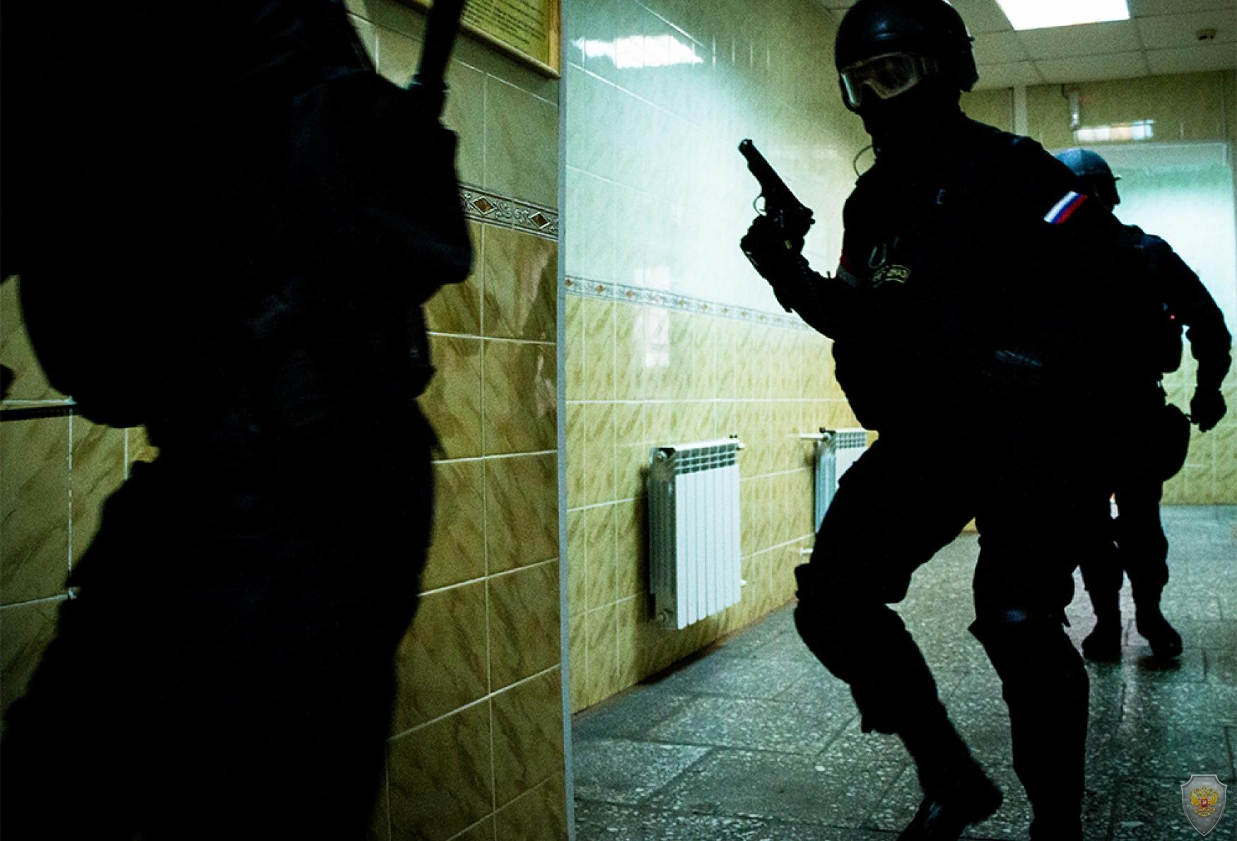 Момент учебного штурма группы «террористов» в здании