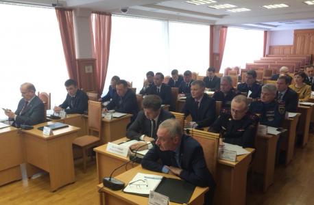 Участники заседания слушают доклад о состоянии антитеррористической защищенности объектов топливно – энергетического комплекса.