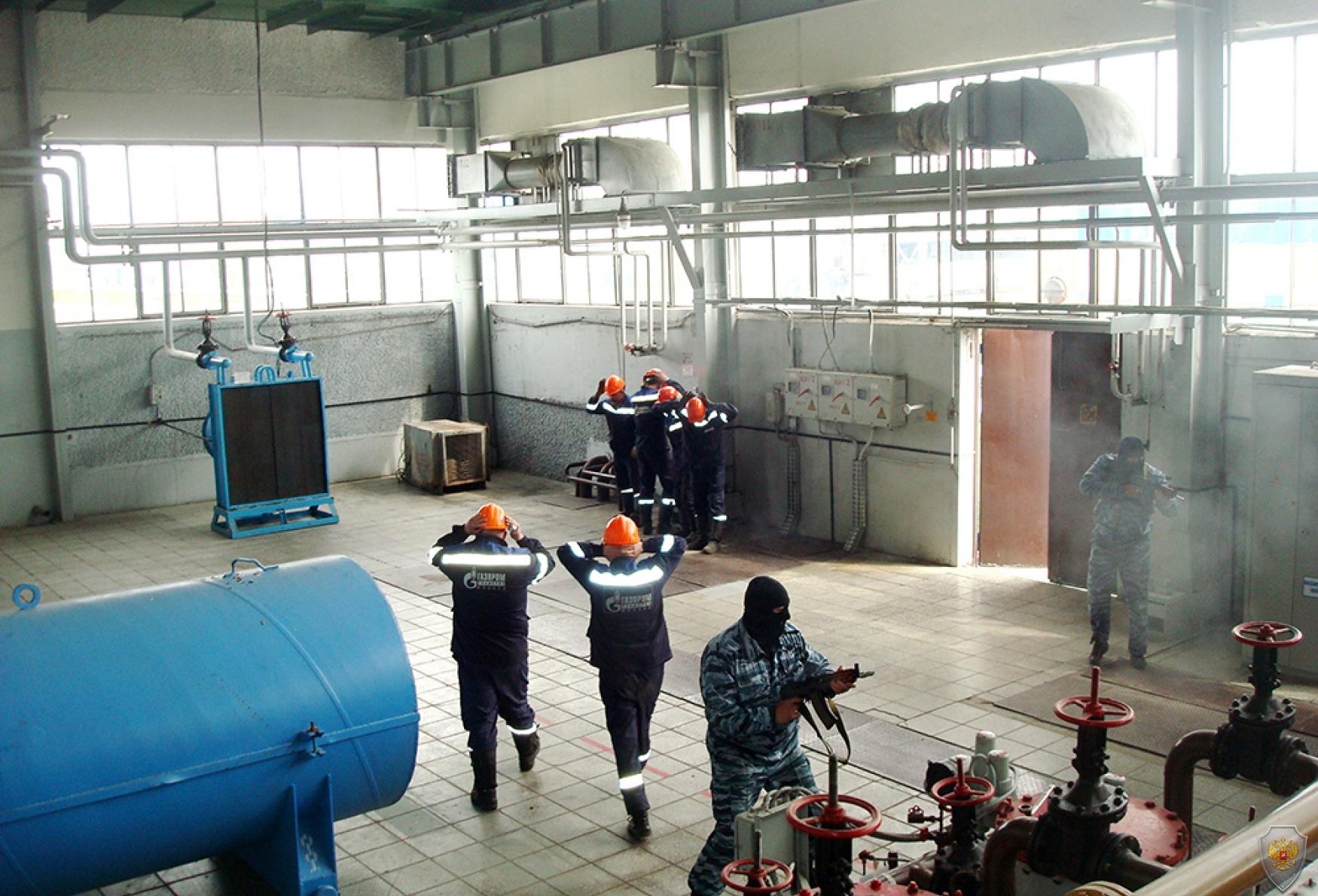 Захват «террористами» «заложников» из числа работников объекта в здании компрессорного цеха