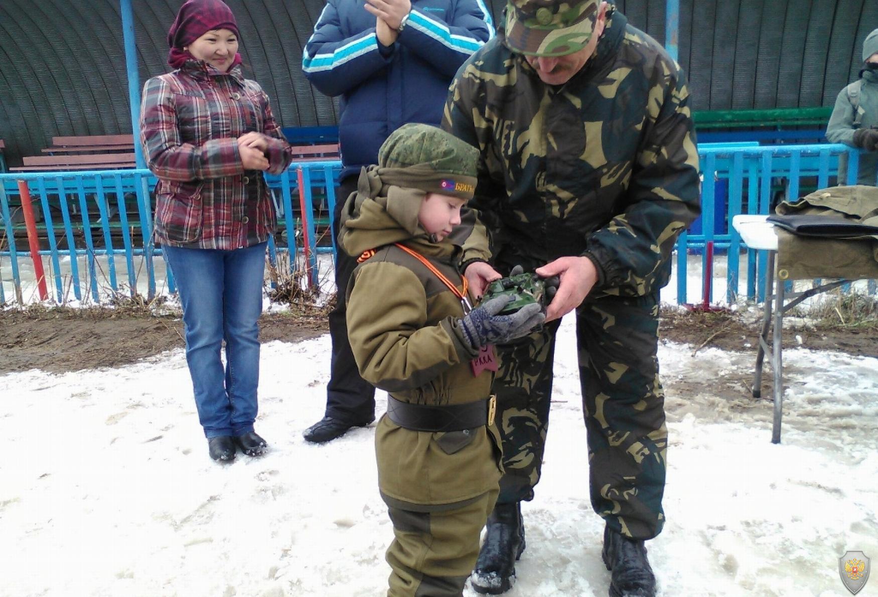 Награждение ценным подарком самого юного участника Фестиваля патриотизма