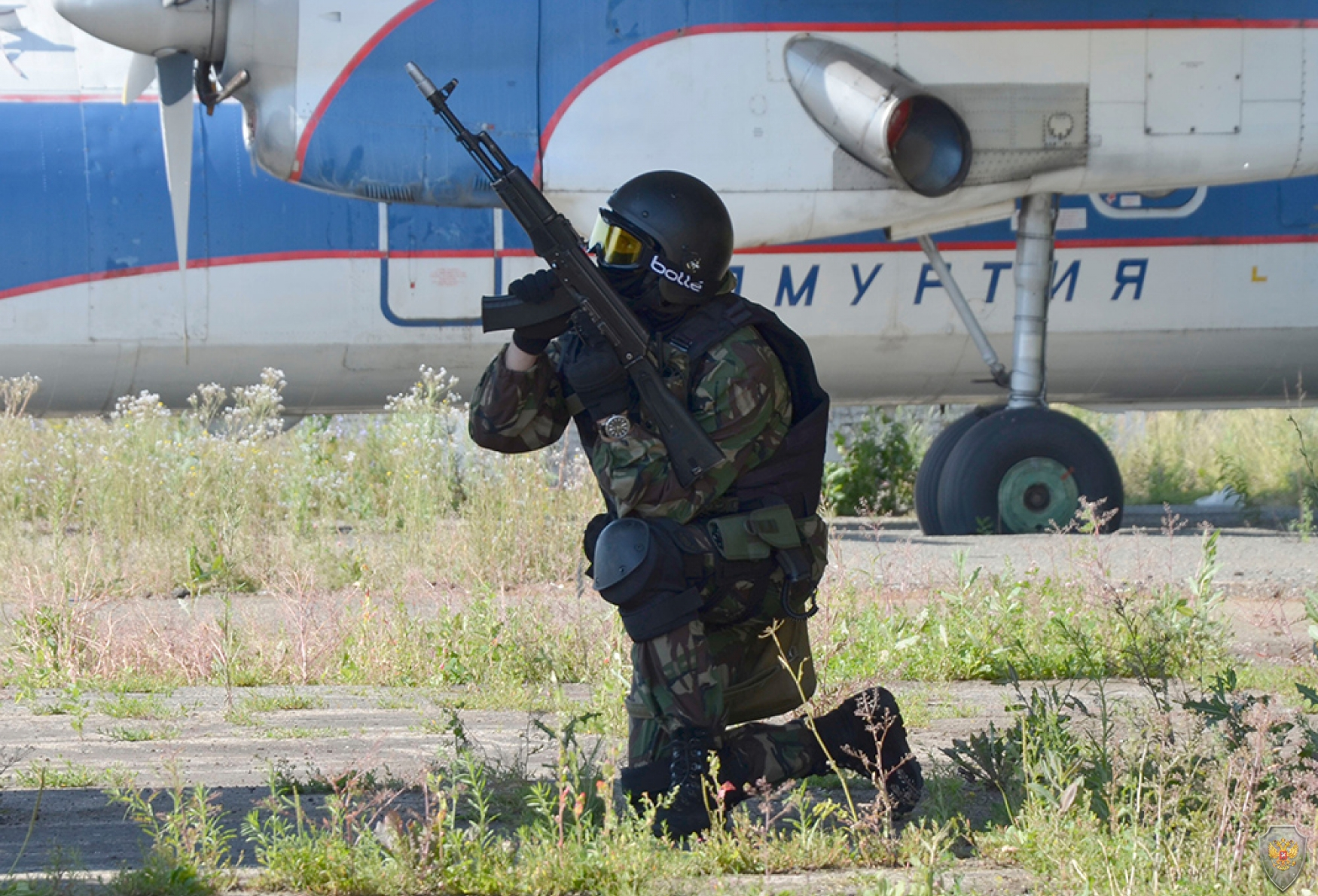 Сотрудники спецподразделений готовятся к штурму самолёта в ходе антитеррористического тактико-специального учения «Метель – Набат 2018»